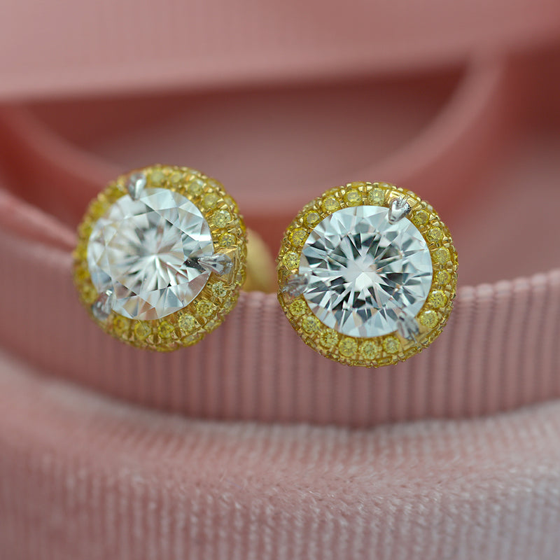 Round Diamond Stud Earrings with Halo in 18 Karat Gold