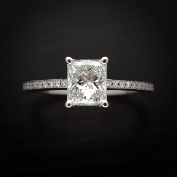 18 Karat White Gold Engagement Ring with Radiant cut Diamond