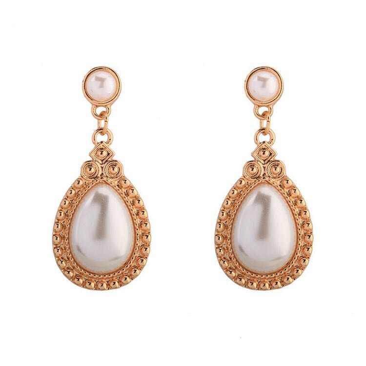 In A Perfect World Vintage tear drop pearls earring in ivory white
