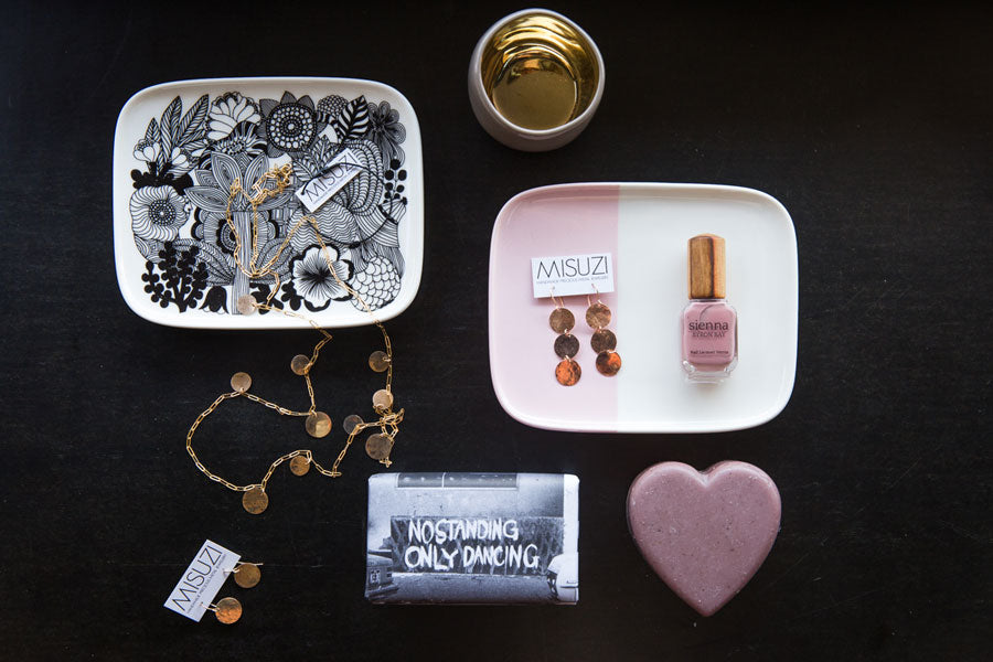 image of jewellery dishes and assorted beauty products