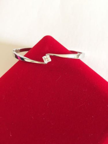 Very cute 10k white Gold CZs bangle size 54MM