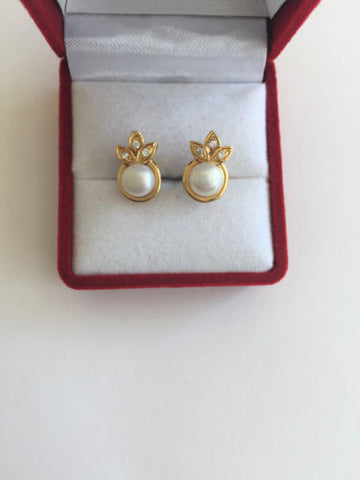 14K Yellow Gold Pearl Earrings - E136