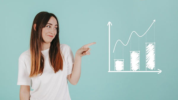 A woman in a white T-shirt explaining a growth rate chart
