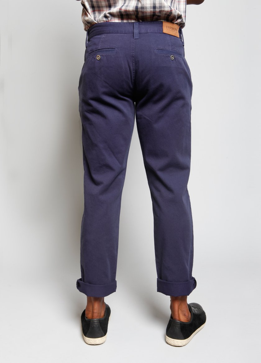 DETAIL OF STRAIGHT LEG BLUE MENS PANT WITH ANKLES CUFFED