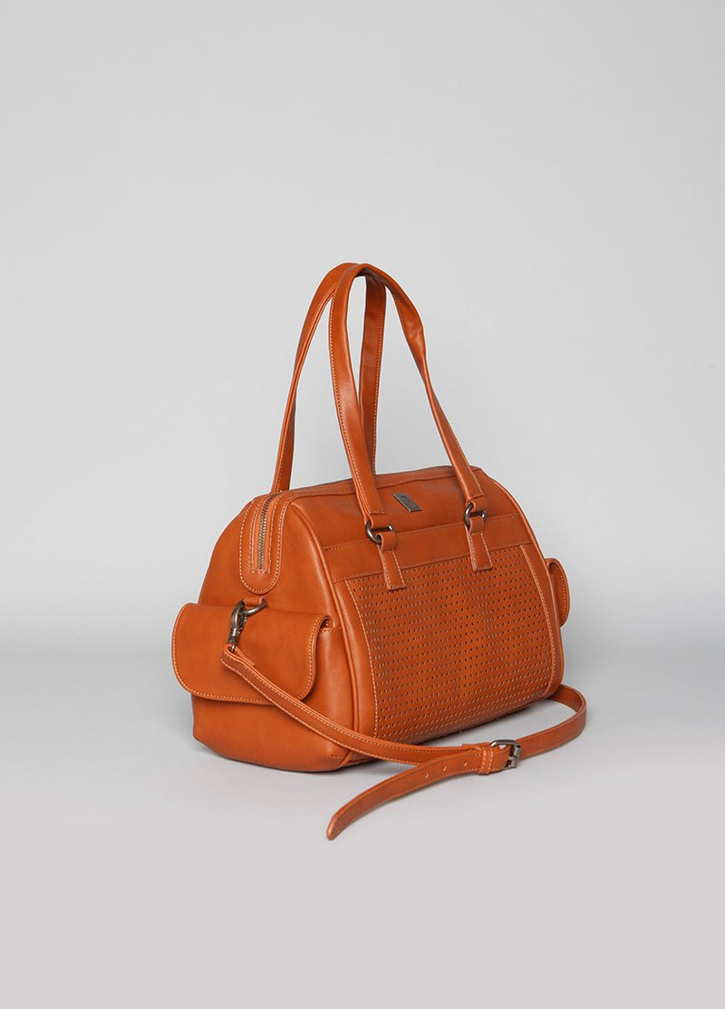 SIDE VIEW OF VEGAN LEATHER HANDBAG WITH LONG STRAP AND SIDE POCKETS, IN CAMEL COLOR