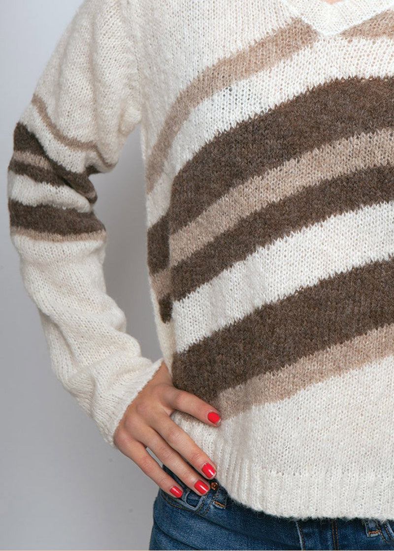 DETAIL OF IVORY TONED ALPACA SWEATER WITH VNECK AND DIAGNOL STRIPES IN BROWN TONES