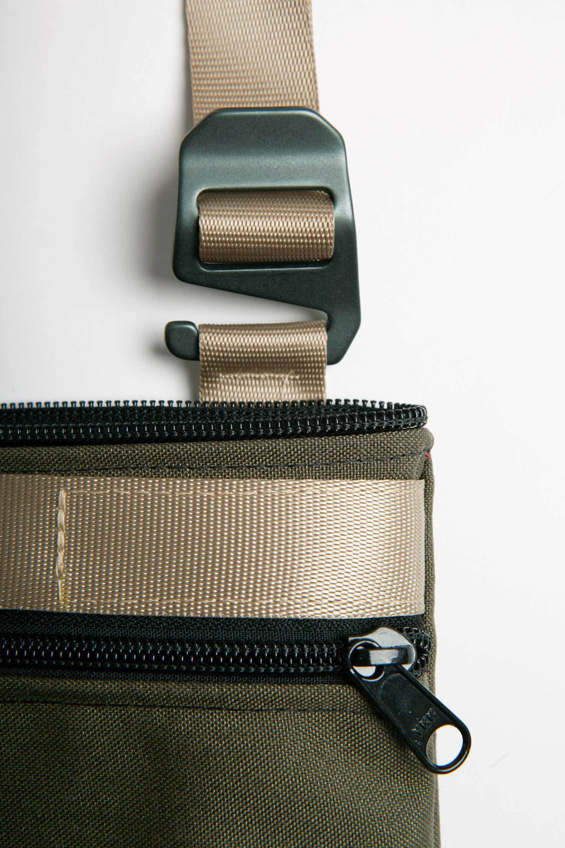 DETAIL OF THE WEBBING AND FASTENER ON 13'' LAPTOP BAG IN OLIVE GREEN