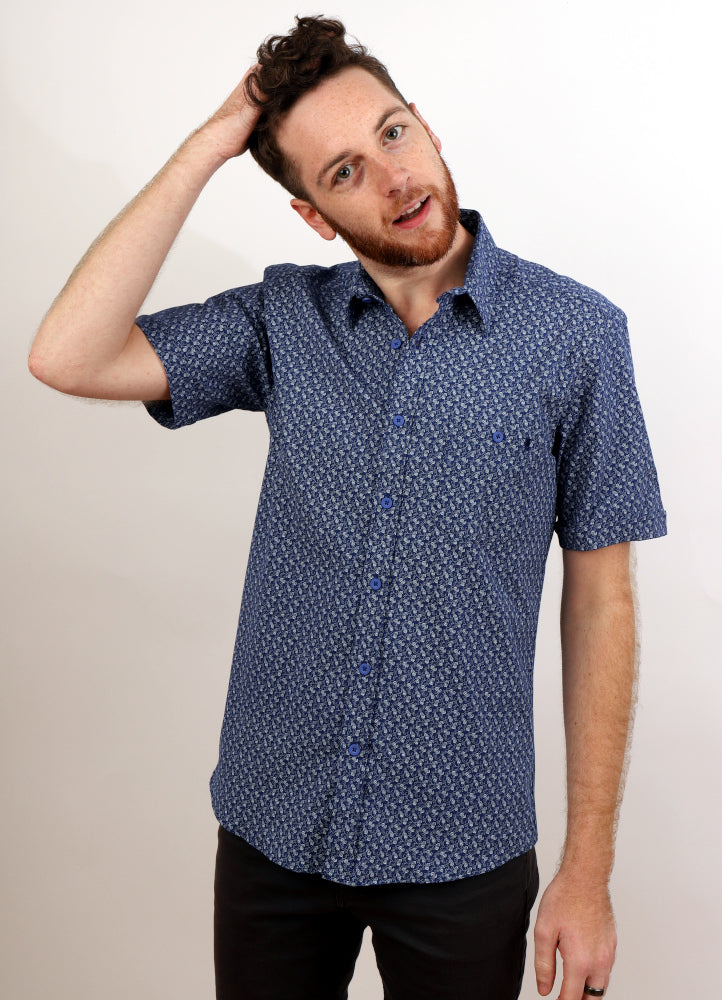 MAN SMILES WITH HAND ON HEAD IN PAISLEY SHORT SLEEVE WOVEN SHIRT