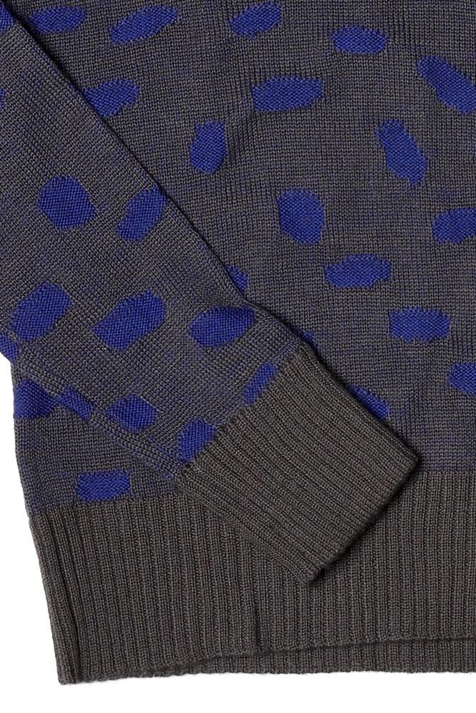 DETAIL OF ACYRLIC AND WOOL WOMEN'S V NECK SWEATER IN BLUE AND PEWTER