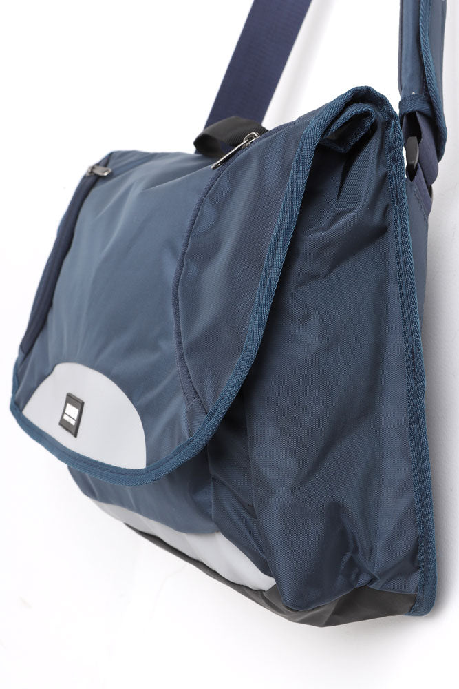 REFLEX MESSENGER BAG IN NAVY, SIDE VIEW