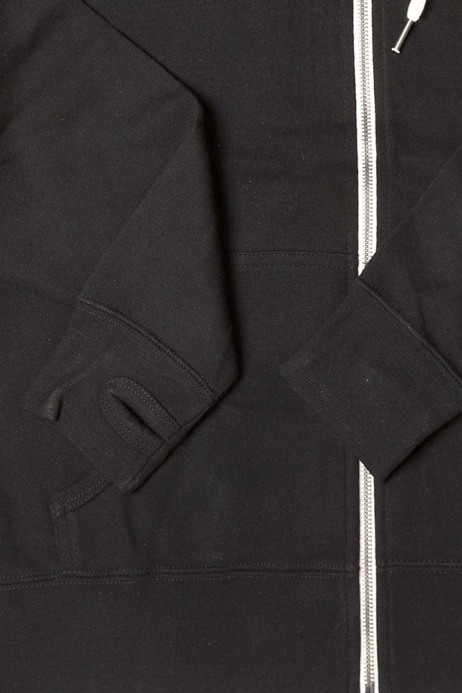 DETAIL OF CUFF WITH THUMB HOLE AND ZIPPER BLACK SWEATSHIRT