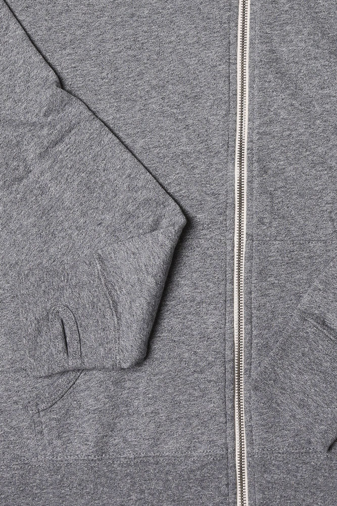 DETAIL OF CUFF WITH THUMB HOLE AND ZIPPER HEATHER SWEATSHIRT
