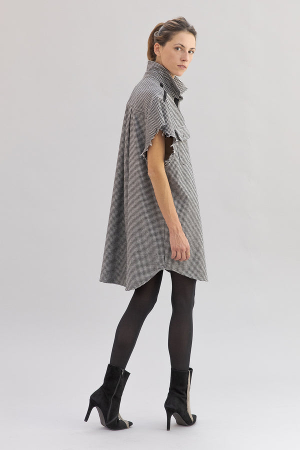 SARAH DE SAINT HUBERT oversized 'Pied de Poule' shirt dress made of cotton with raw cut sleeves. Boyish and straight fit.