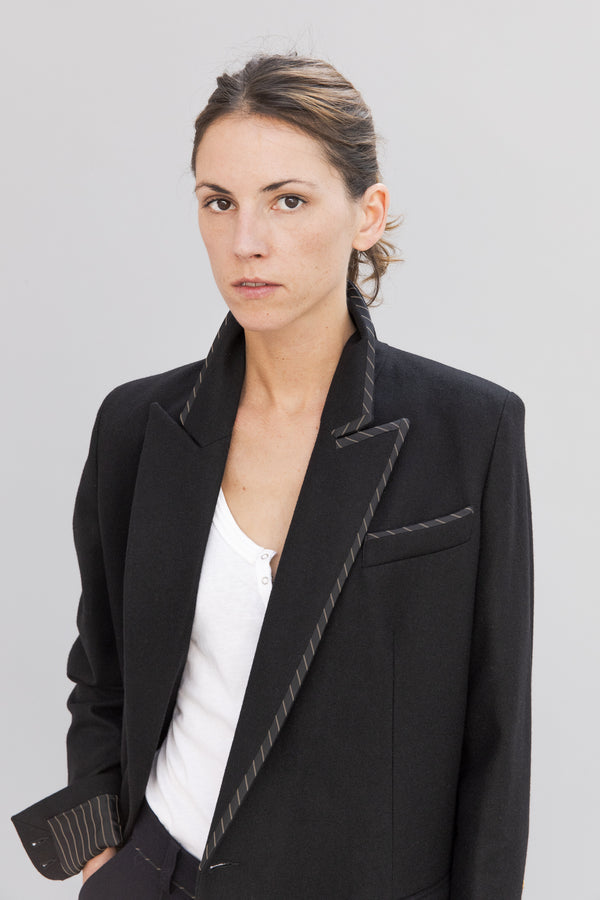 SARAH DE SAINT HUBERT black coat made of virgin wool with iconic details. Straight fit.
