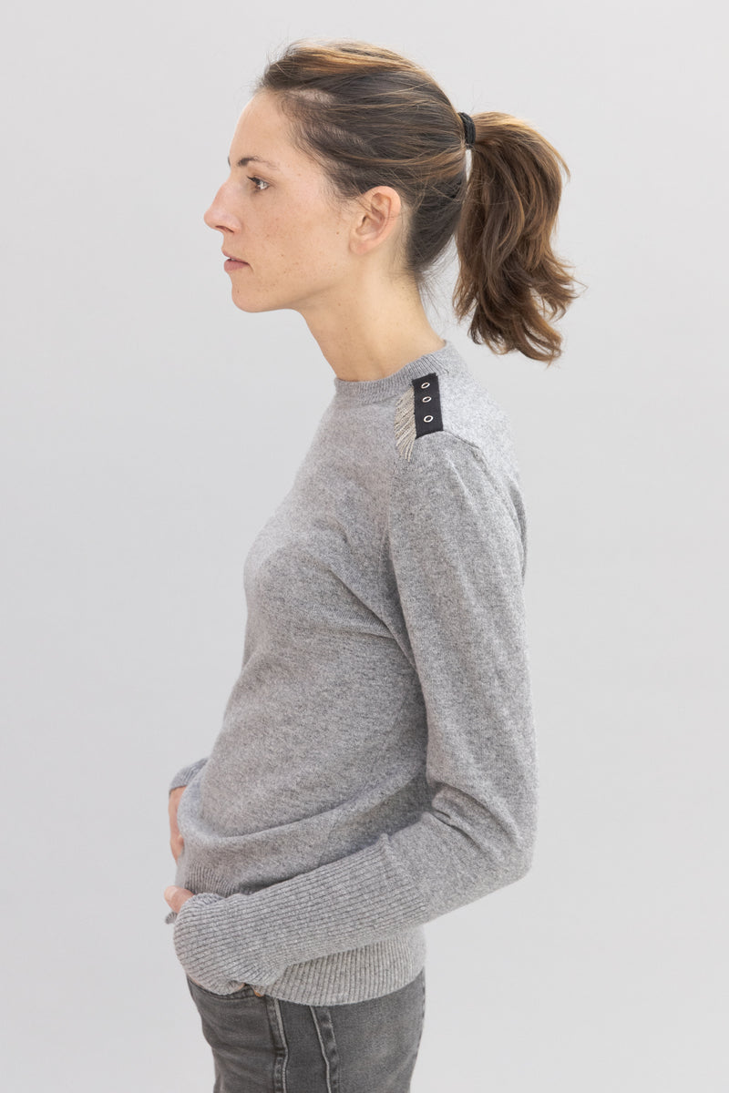 SARAH DE SAINT HUBERT light grey crew neck knitted jumper made of mohair with hand embroidered chains at the shoulders. A timeless knitted jumper with a straight/relaxed fit.