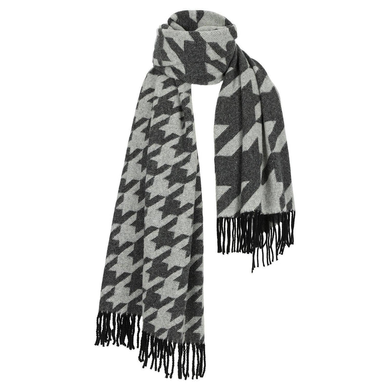 SARAH DE SAINT HUBERT extra large 'Pied de Poule' scarf made of cashmere wool with black fringes at the ends. A feminine and warm accessory.