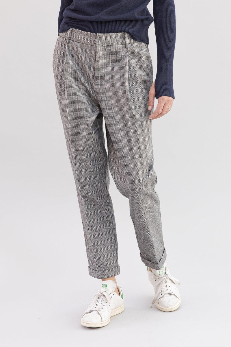 SARAH DE SAINT HUBERT straight 'Prince of Wales' trousers made of viscose - cotton blend with 2 pockets and 2 pleats at the frontside. A feminine, slightly cropped and flattering fit.