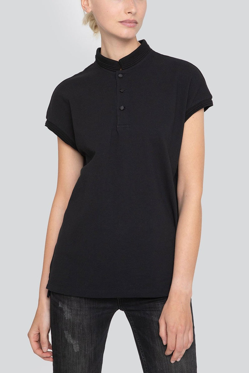 SARAH DE SAINT HUBERT black piqué polo shirt made of cotton piqué jersey with satin self covered buttons at the frontside. A timeless feminine polo shirt with a straight/relaxed fit.