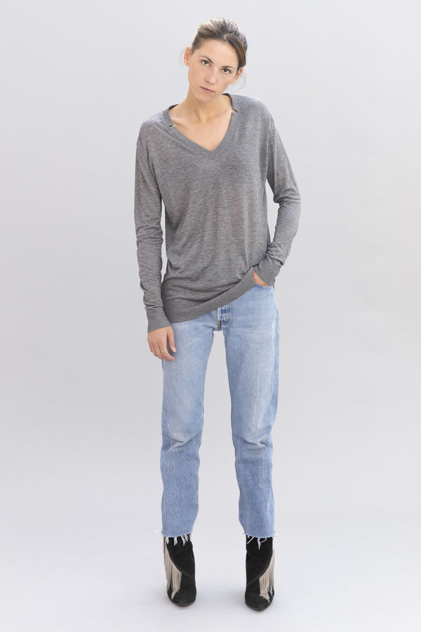 SARAH DE SAINT HUBERT grey v-neck knit jumper made of jersey with rib border details. Fluid, ultra thin and feminine.