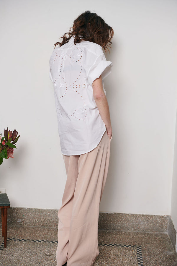 SARAH DE SAINT HUBERT oversized white shirt made of cotton with embroidery design on the back. Boyish and straight fit.