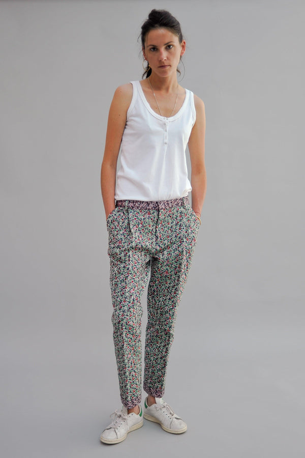 SARAH DE SAINT HUBERT flower jacquard trousers made of polyester blend with 2 pockets and 2 pleats at the frontside. A feminine, slightly cropped and flattering fit.