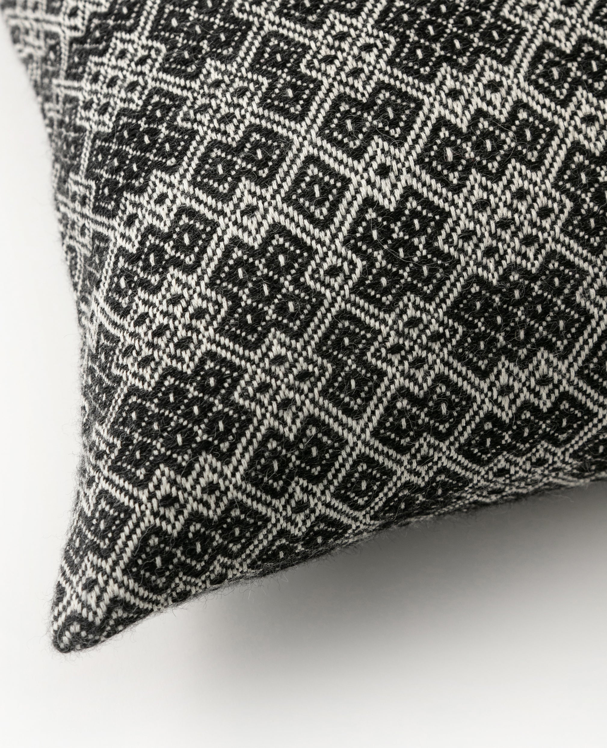 Vaeven Aro overshot cushion pillow close up