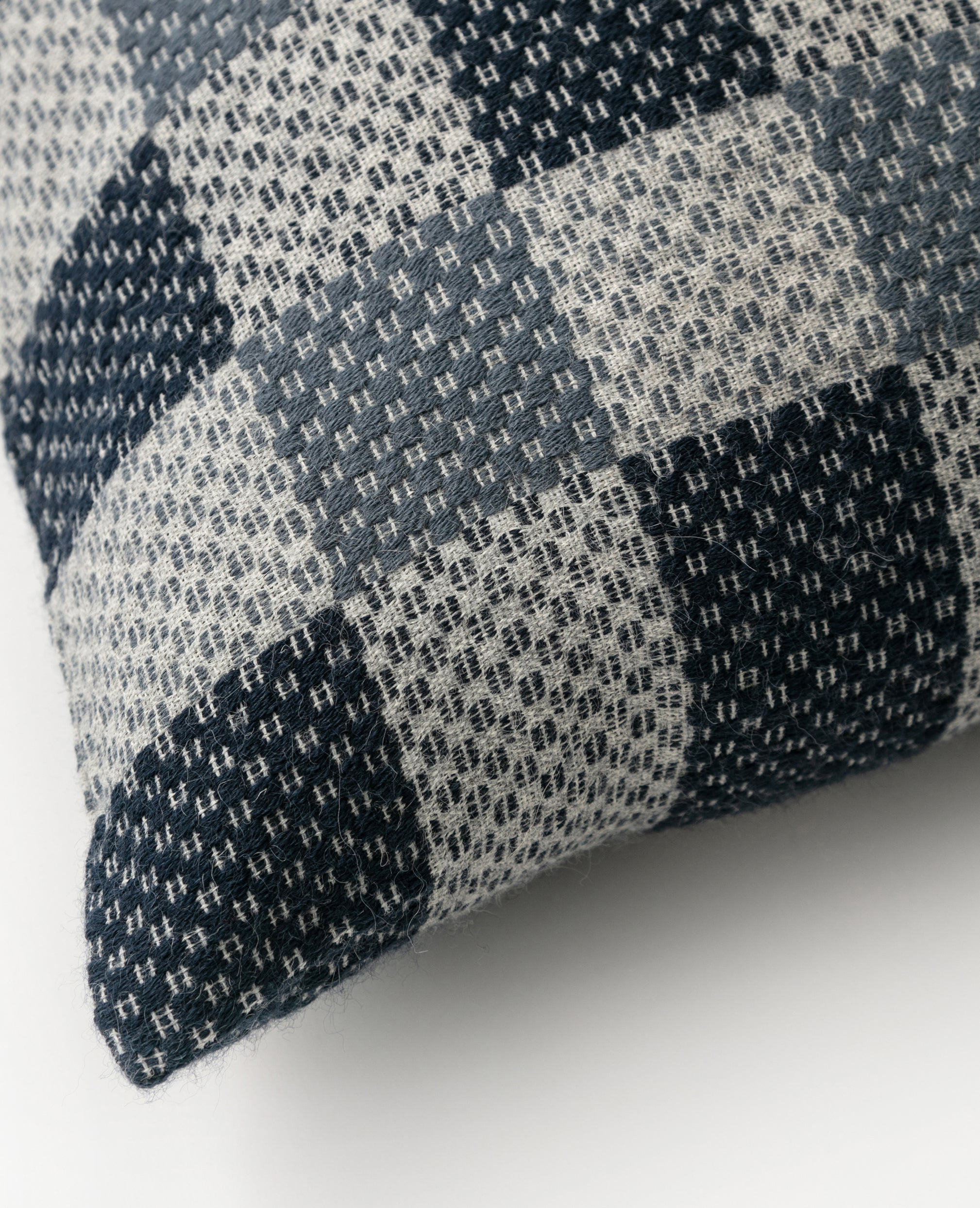 Kin overshot cushion detail