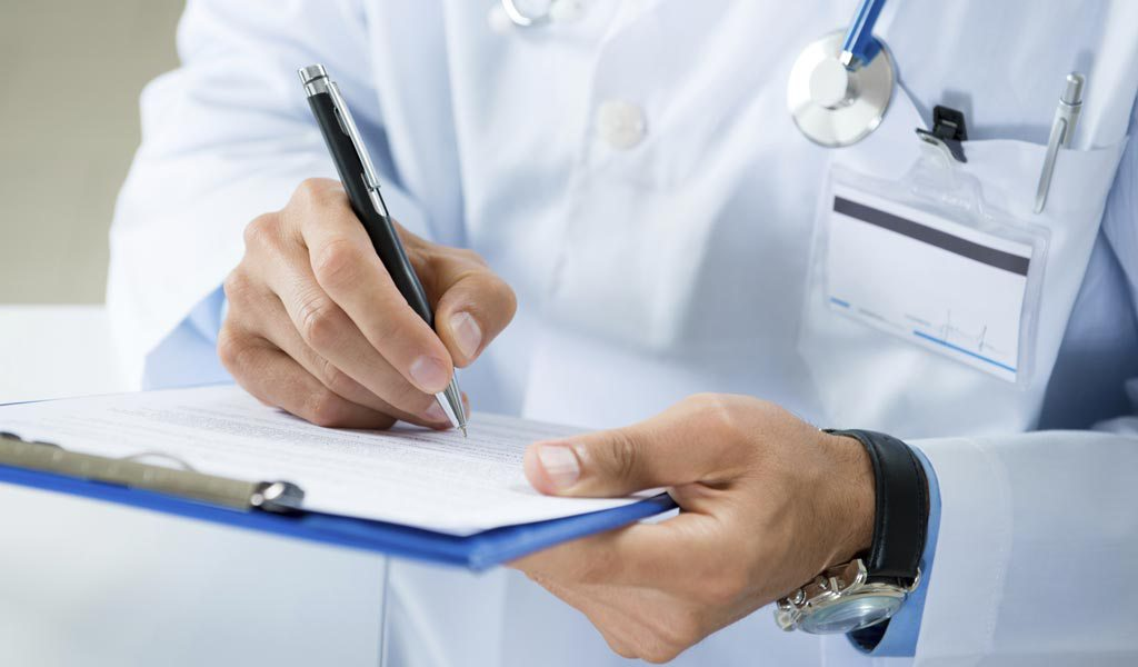 Diagnose.Diagnosis.3_commmon_diagnosis_mistakes.Article.1876A.doctor_writing_clipboard.ts_457044123-3