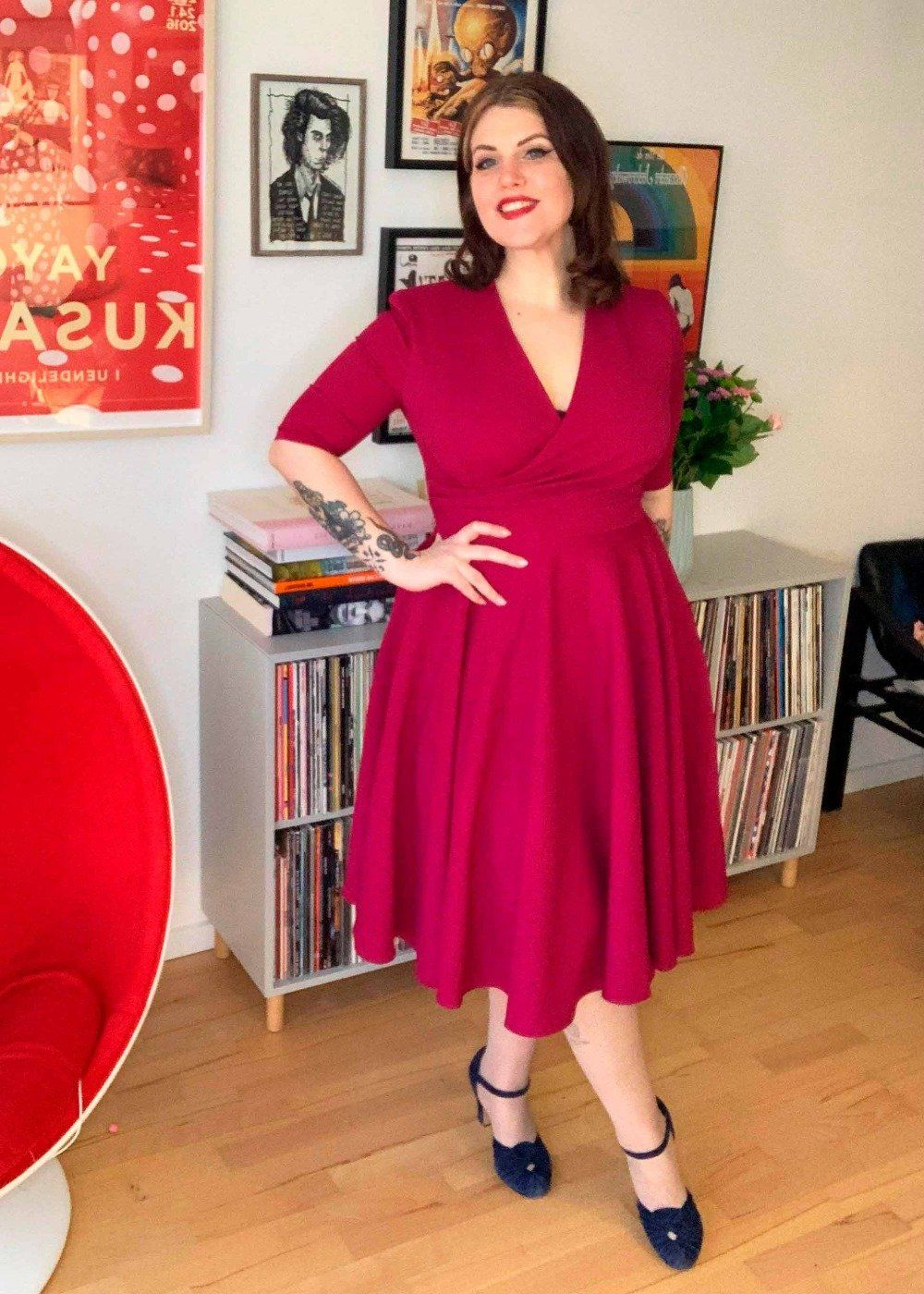 The Pretty Dress Company: Leyla swing kjole med faux wrap i magenta tøj Mondo Kaos