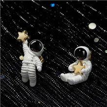 Load image into Gallery viewer, Astronaut Shaped Earings