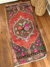 Load image into Gallery viewer, Mid-Century Bohemian Floral Accent Rug