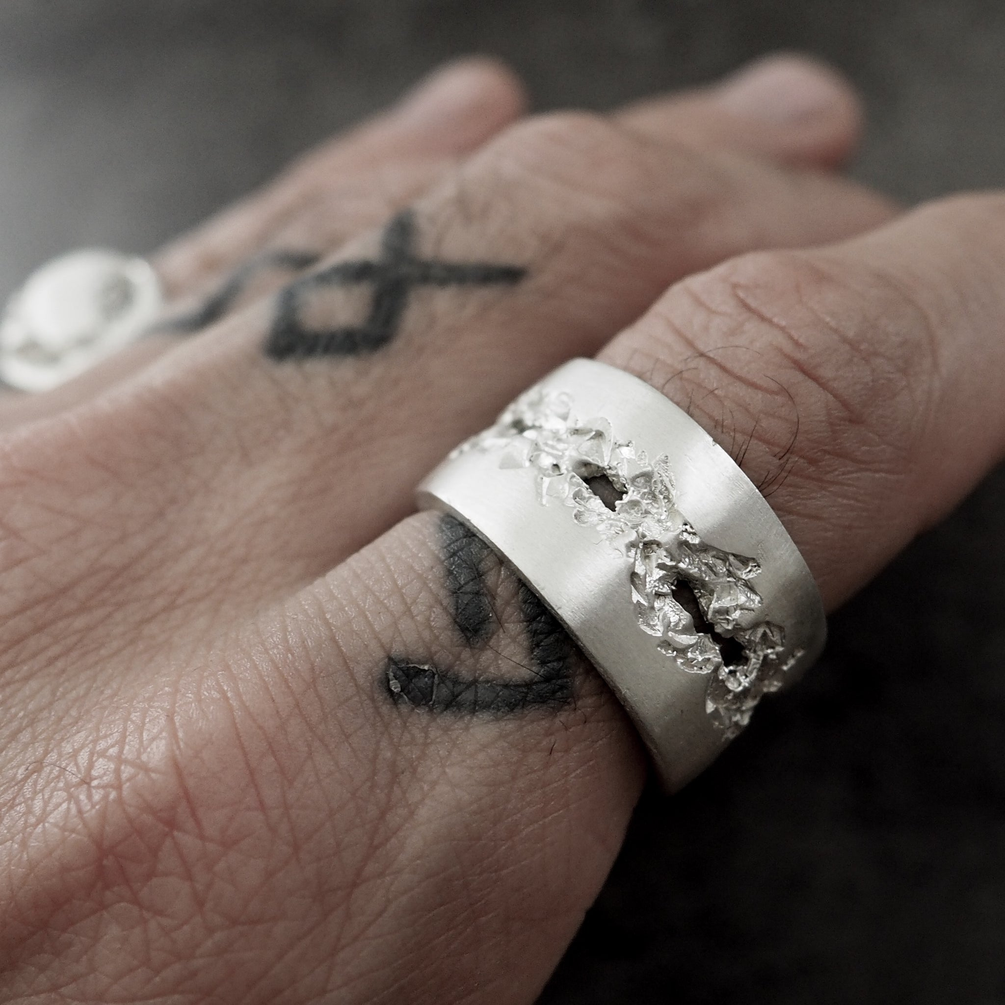 BROKEN BAND RING WHITE