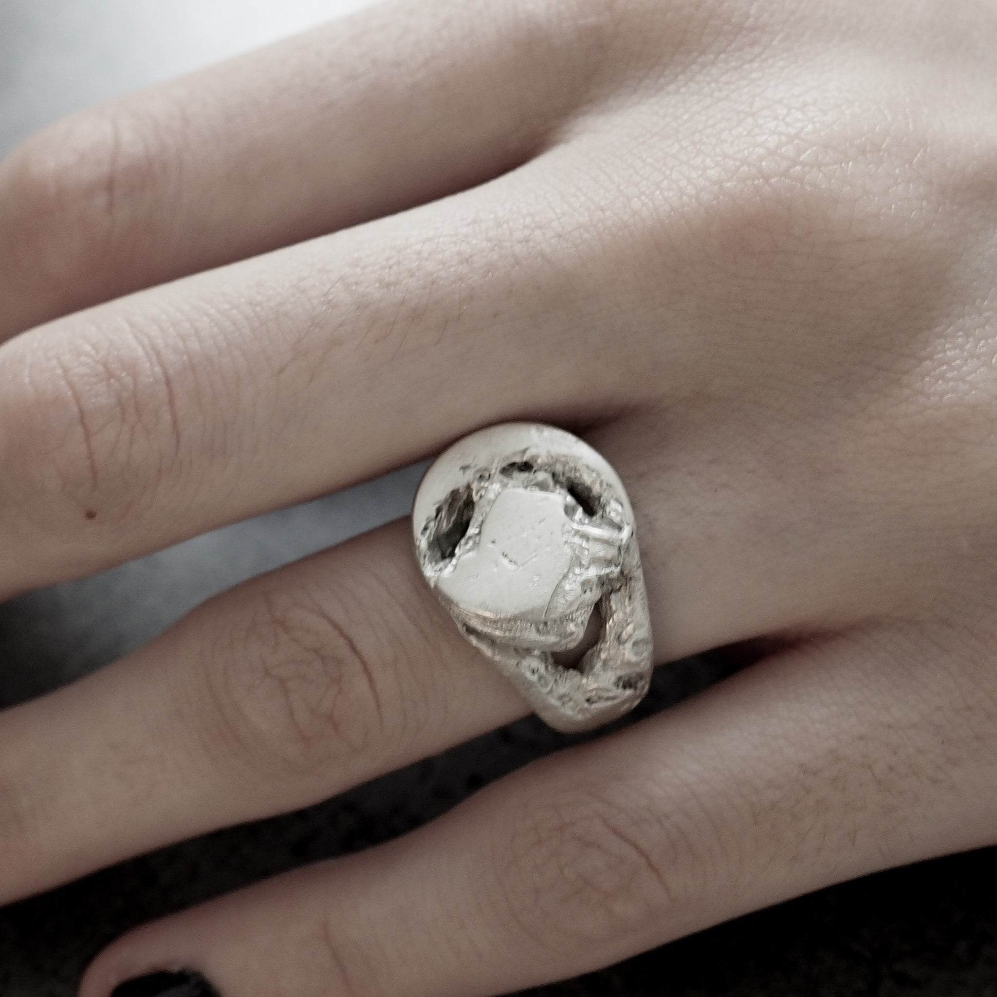 BROKEN SIGNET RING WHITE
