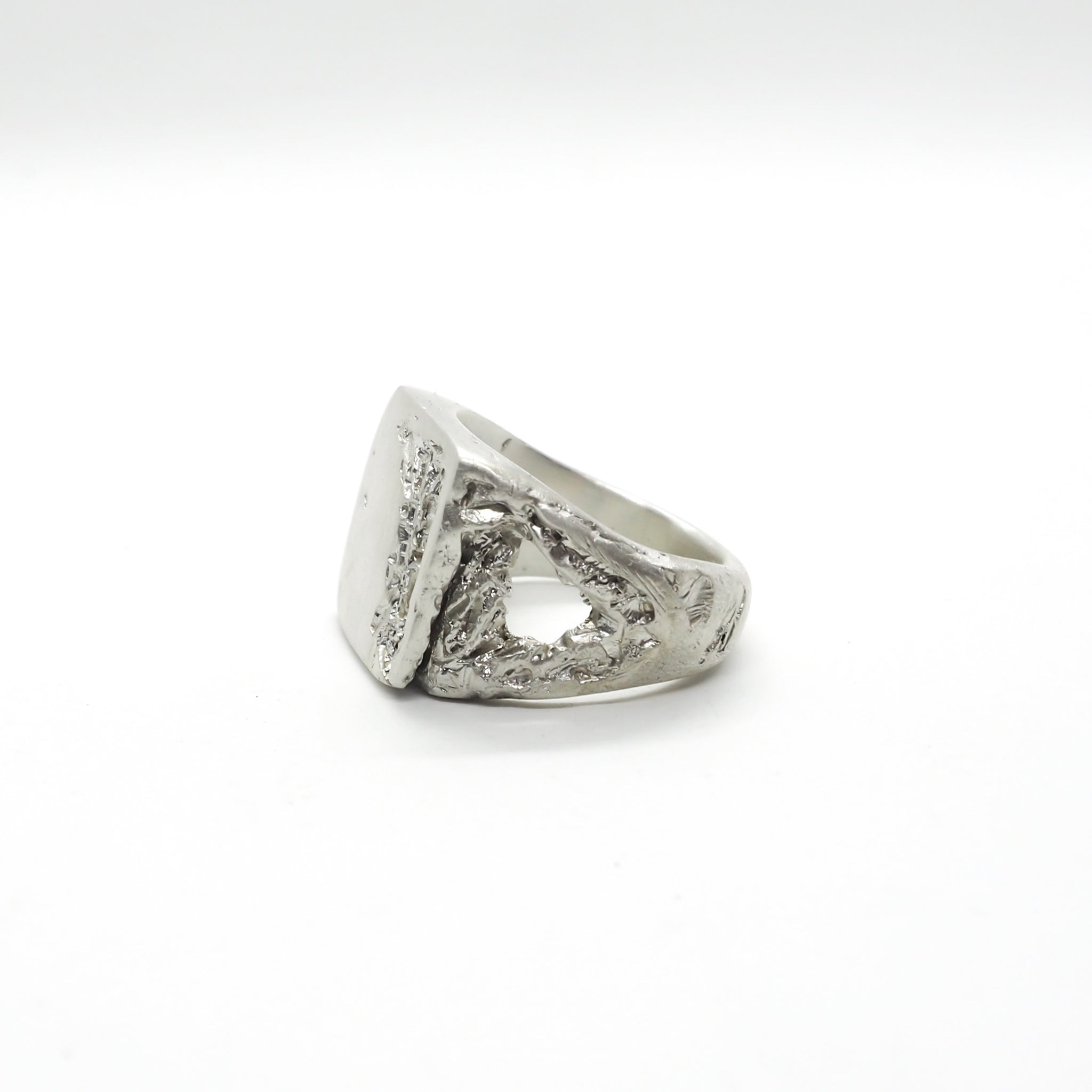 BROKEN ACID SIGNET RING WHITE