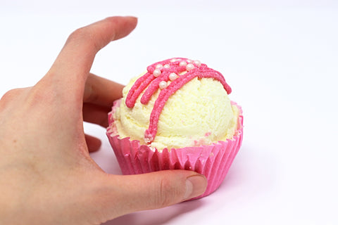 Shop Strawberry Lemonade cupcake bath bombs in Canada | Natural Wonders | 100% Hand Made | Ultra Hydration | Dry and Itchy