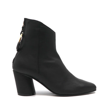Oblique Ring Black | Mid heel leather ankle boot