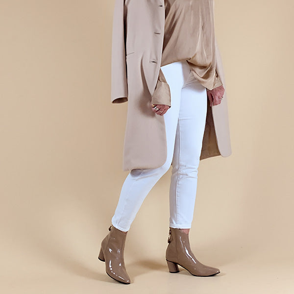Oblique Ring Beige | Mid heel patent leather ankle boot