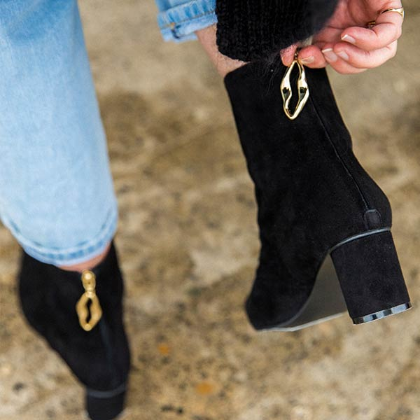 Wave Oval Black | Mid heel suede ankle boot
