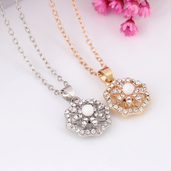 Flowers Studded With Rotary Necklaces And The Necklace Is In Fashion