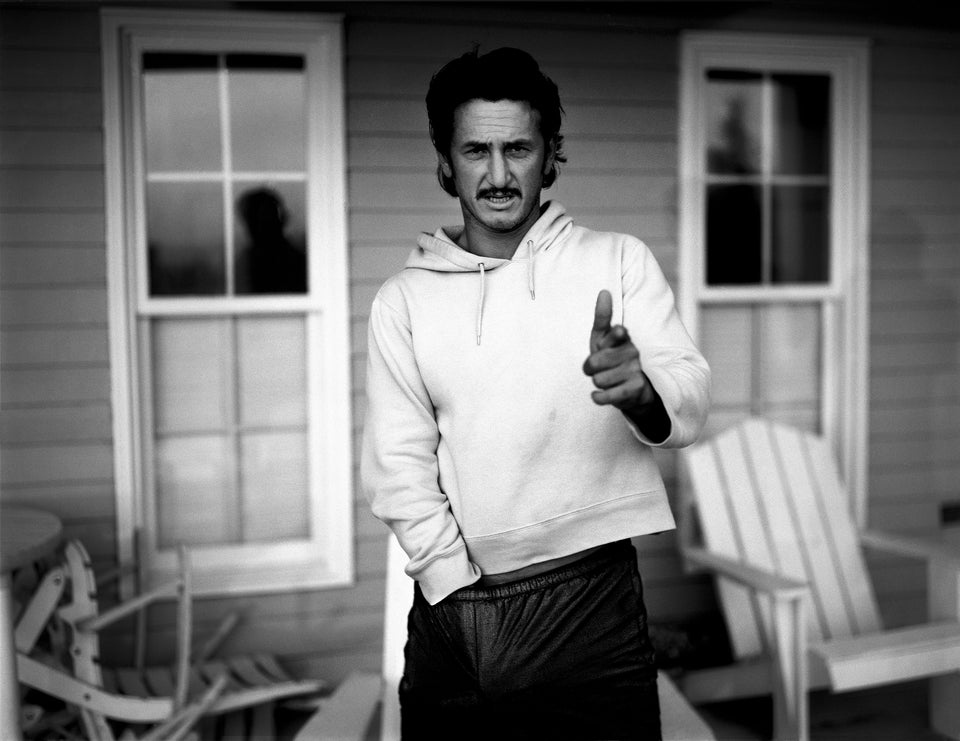 Sean Penn, Hands up