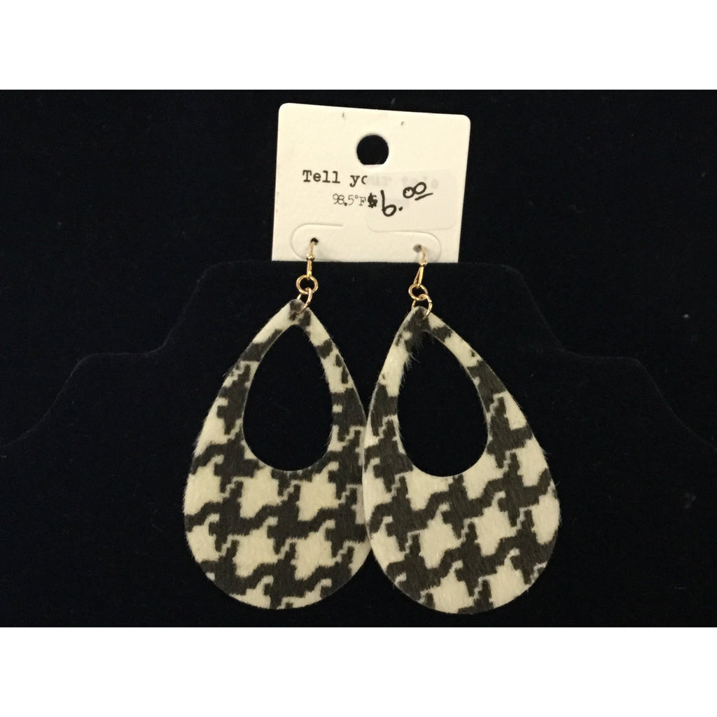 Tell Your Tale Houndstooth Earrings