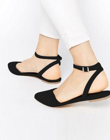 Chic Black Buckle Flats