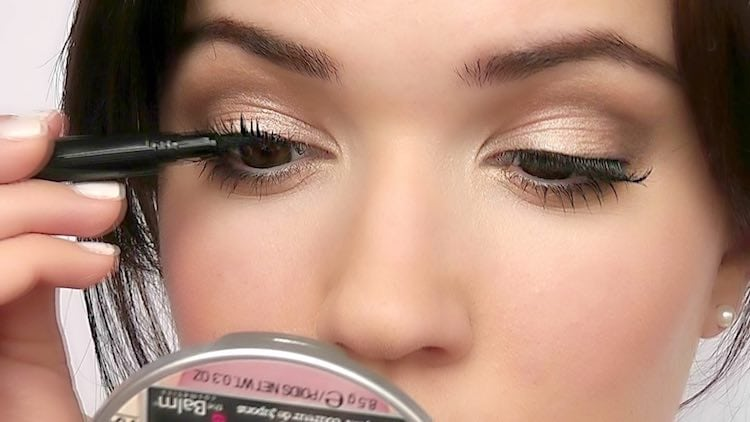applying-lashes