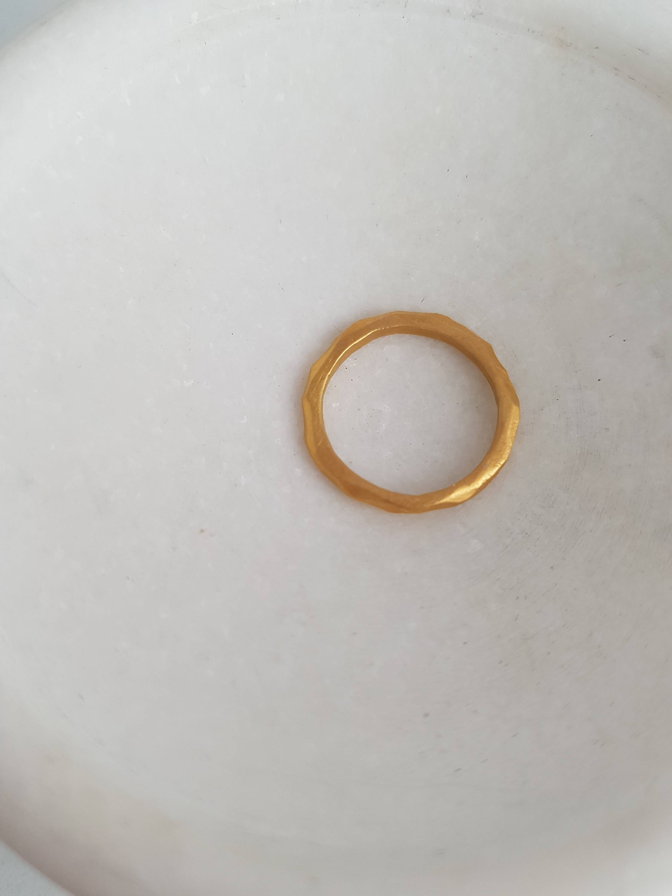 Facet wedding band in solid 18k gold. Alternative bridal ring.