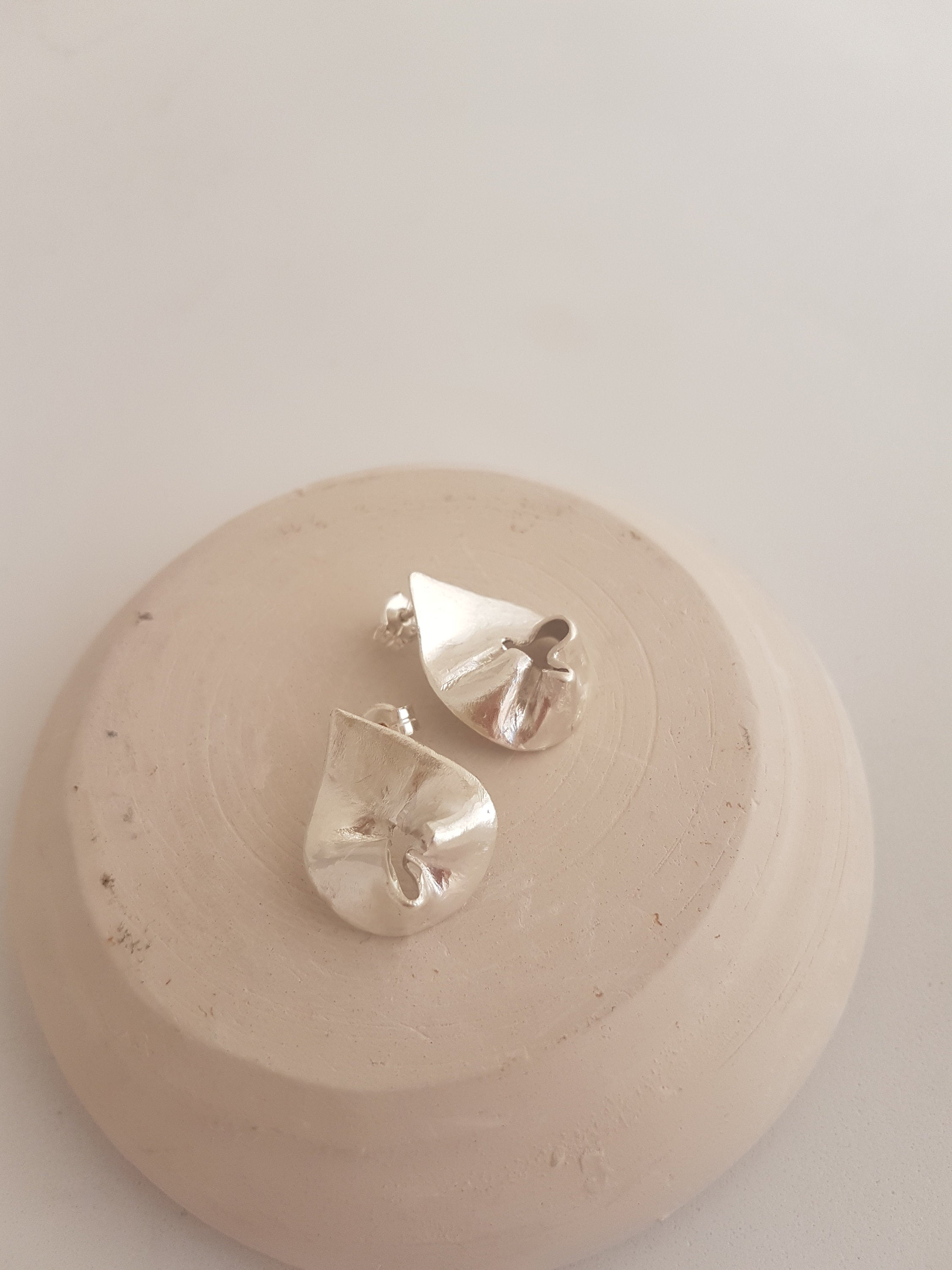 Unique wavy earrings in sterling silver. Elegant earrings with soft shapes medium size.