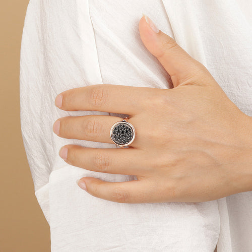 ALTISSIMA 14 MM ROUND DISC PAVè RING - WSBZ01601 con SPINELLO NERO indossato