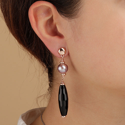 MAXIMA DANGLE EARRINGS WITH FACETED GEMSTONE & CULTURED PEARL - WSBZ01540 indossato