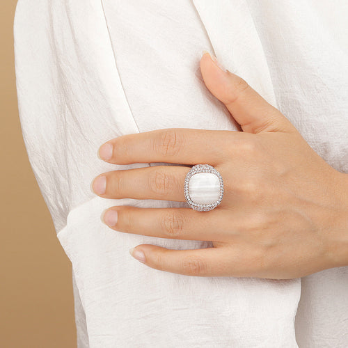 PREZIOSA ADJUSTABLE RING WITH WHITE LACE AGATE AND WHITE CZ PAVE' - WSBZ01586 con AGATA BIANCA indossato