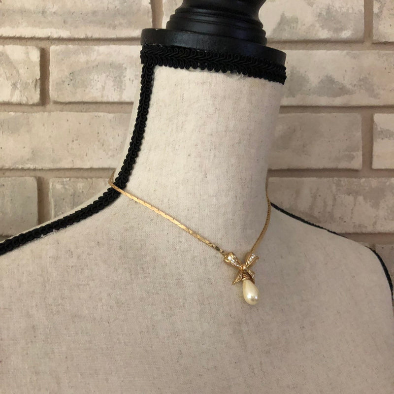 update alt-text with template Classic Christian Dior Teardrop Pearl Gold Bow Pendant-Necklaces & Pendants-Christian Dior-[trending designer jewelry]-[christian dior jewelry]-[Sustainable Fashion]