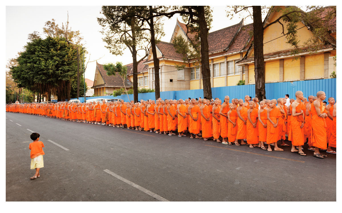 Monks procession in Phnom Penh (119x74cm)